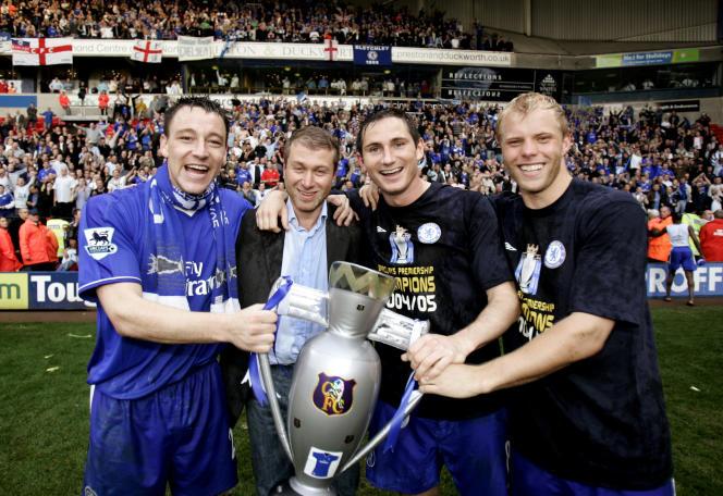 مالک چلسی ، رومان آبراموویچ ، در محاصره بازیکنانی چون جان تری ، فرانک لمپارد و ایدور گوجونسن ، قهرمانی خود در لیگ انگلیس را در 30 آوریل 2005 جشن گرفت.