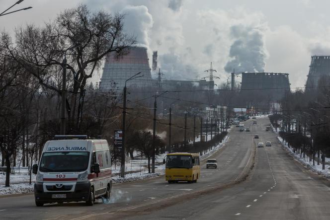 Vue des tours de refroidissement d'ArcelorMittal à Kryvyi Rih, en Ukraine, le 17 janvier 2021.