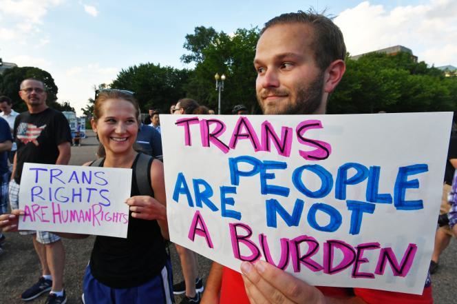 Manifestation devant la Maison Blanche pour le droit des personnes transgenres à servir de l'armée américaine, le 26 juillet 2017.