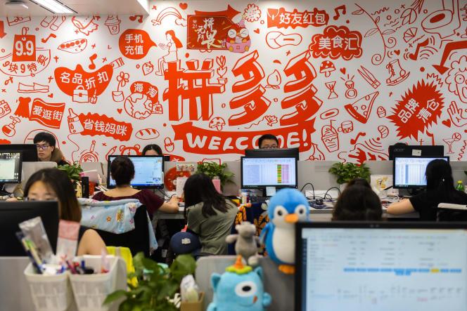 Des employés de Pinduoduo, une plate-forme de commerce électronique, à Shanghaï, le 25 juillet 2018.