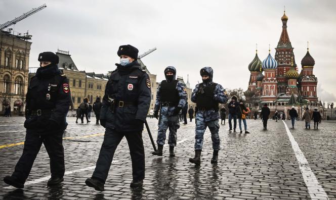 افسران پلیس و اعضای گارد ملی روسیه (روزگاردیا) در تاریخ 25 ژانویه 2021 در میدان سرخ در مرکز مسکو گشت زدند.