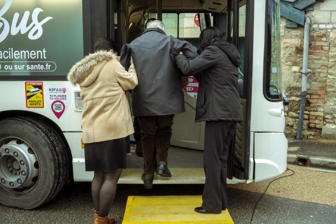 Le Vacci'bus sillonne les communes ruralesde la Marne afin d'apporter le vaccin Pfizer-BioNTech contre le Covid-19 aux habitants.