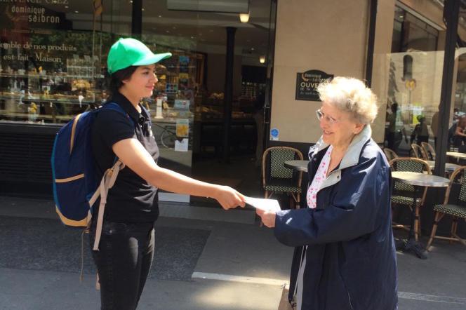 Une étudiante distribue des flyers pour le compte de commerçants lyonnais.