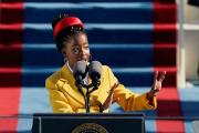 Amanda Gorman récite un poème lors de la cérémonie d'investiture du président américain Joe Biden, à Washington, DC, le 20 janvier.
