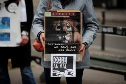 Des groupes de défense des animaux protestant contre la maltraitance animale près de l'Assemblée nationale, à Paris, en 26 janvier 2021.