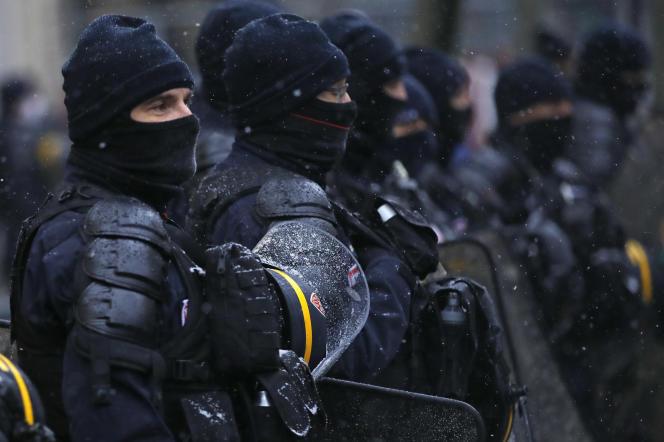 Des policiers, le 16 janvier à Paris.