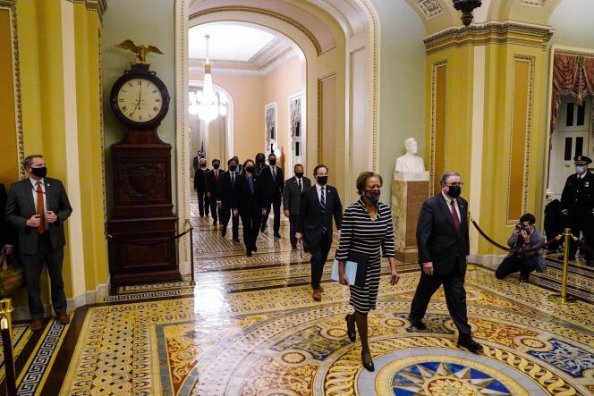 Le greffier de la Maison Blanche, Cheryl Johnson, et le sergent Tim Blodgett mènent les neufs « procureurs» démocrates au Capitole, à Washington, lundi 25 janvier.