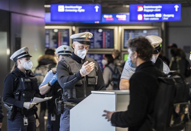 A l'aéroport de Francfort (Allemagne), le 24 janvier.