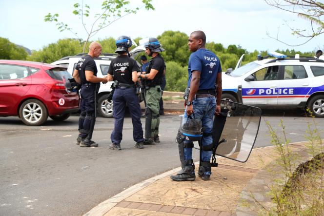Lors de manifestations contre l'absence de certains bus scolaires, le 2 septembre 2020 à Mamoudzou (Mayotte).