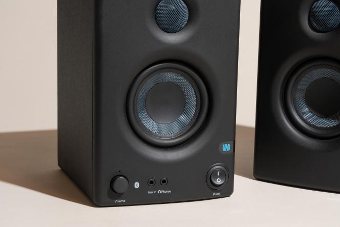 La face avant du haut-parleur gauche du système Eris E3.5 BT comporte des commandes de volume, un bouton marche-arrêt, une prise casque et une mini jack 3,5 mm.