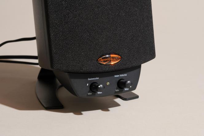 Il est aisé de régler le volume principal et le volume du caisson de basse via le module qui se clipse sous l'un des haut-parleurs.