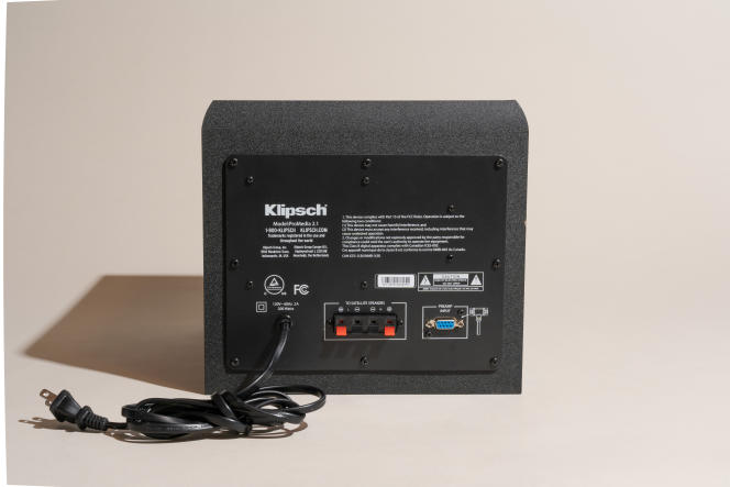 Le subwoofer ProMedia alimente les deux haut-parleurs. Pour installer le système, insérez le connecteur à neuf broches du module de commande dans l'entrée préampli du subwoofer et insérez les câbles d'enceintes fournis dans les clips à ressort.