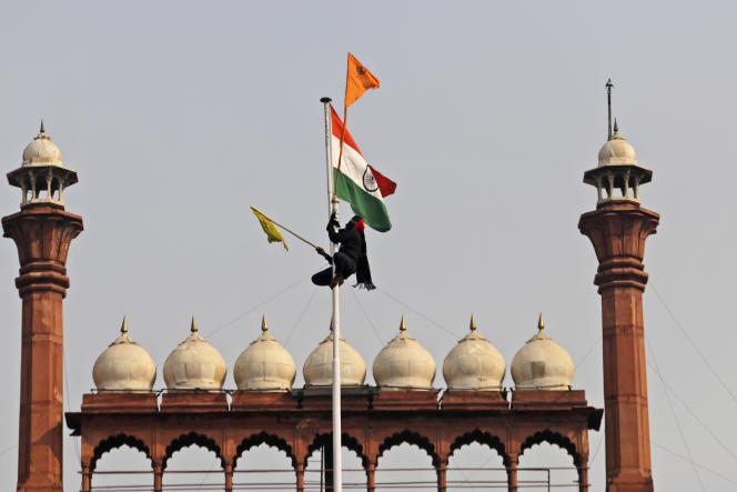 Les manifestants ont hissé le drapeau religieux sikh, le Nishan Sahib, au sommet du Fort Rouge, le 26 janvier à New Delhi.