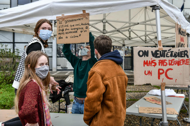 Des étudiants organisent une «rentrée fantôme» sur le parvis de l'université Bordeaux-Montaigne, le 25 janvier 2021.