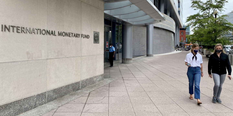 Un an après le début de la crise du Covid-19, le FMI entrevoit le bout du tunnel