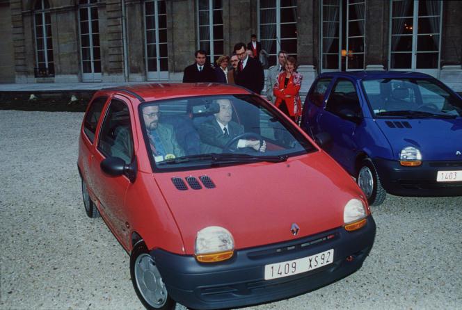 Le président de la République, François Mitterrand, essaye la Twingo, dans les jardins de l'Elysée,le 1er mars 1993.