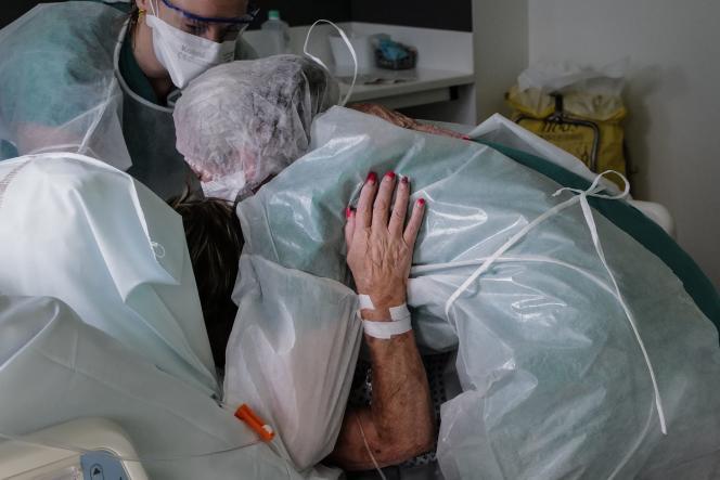 Des infirmières soulèvent une patiente atteinte du Covid-19, à l'hôpital Louis-Pasteur de Colmar (Haut-Rhin), le 22 janvier.