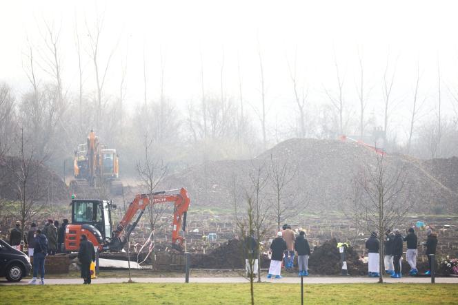 Les enterrements au cimetière du nord-est de Londres, au milieu de l'épidémie de coronavirus (COVID-19), à Londres, en Grande-Bretagne, le 23 janvier 2021.
