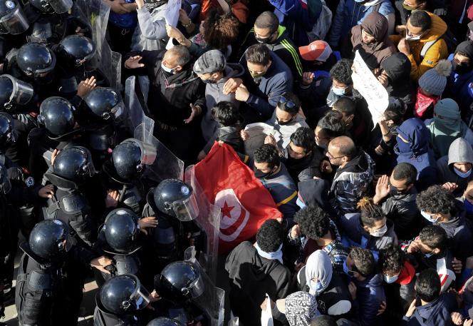 Face-à-face entre manifestants et policiers devant le Parlement tunisien, mardi 26janvier, à Tunis.