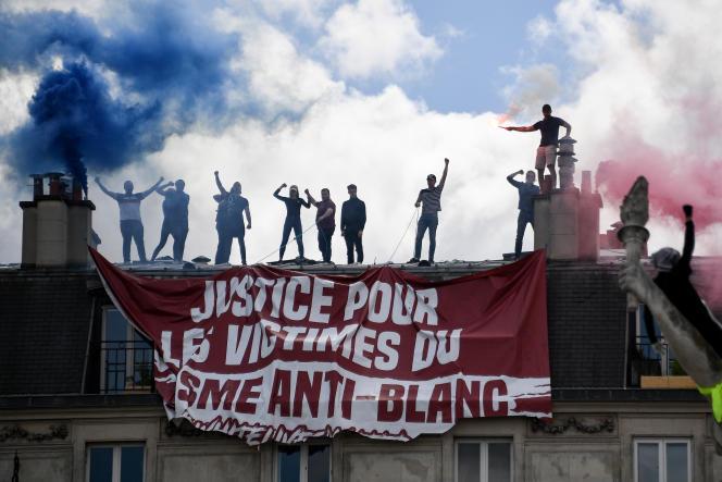 Des militants du groupe d'extrême droite Génération identitaire perturbent une manifestation Black Lives Matter, le 13 juin 2020 à Paris.