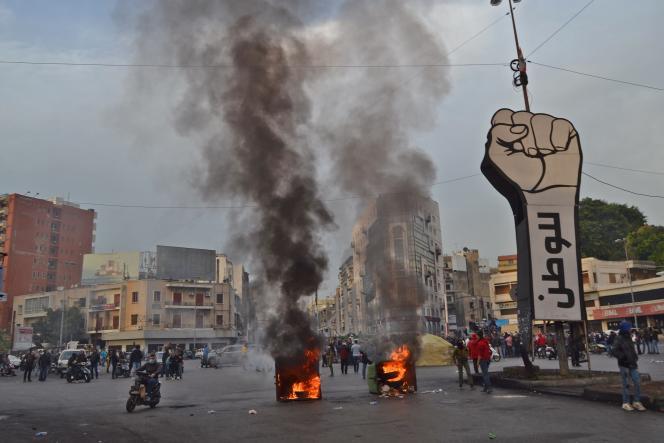 Des manifestants brûlent des bennes à ordures sur la place Al-Nour à Tripoli, au Liban, le 27 janvier.
