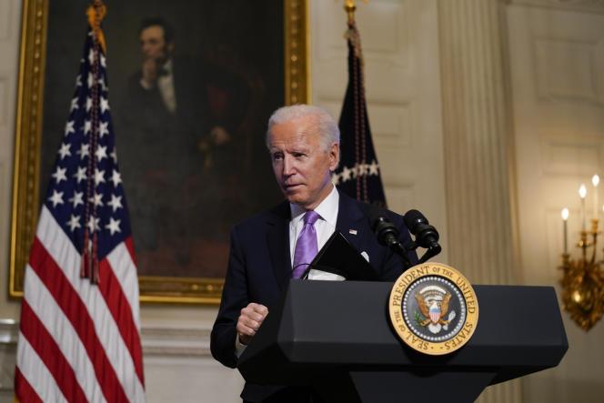 Le président Joe Biden part après avoir prononcé une allocution sur le COVID-19, dans la salle à manger d'État de la Maison Blanche, le mardi 26 janvier 2021, à Washington