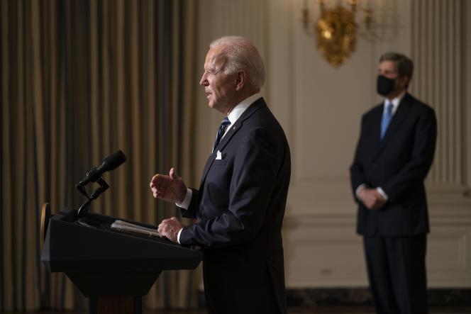 John Kerry, envoyé présidentiel spécial pour le climat (à droite), avec Joe Biden, le président des Etats-Unis, qui prononce une allocution sur le changement climatique, à la Maison Blanche, le 27 janvier 2021.