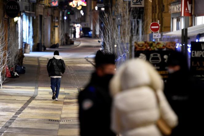 Des policiers contrôlent des attestations, lors du couvre-feu, le 4 janvier à Metz (Moselle).