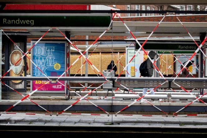 ایستگاه تراموا در تاریخ 26 ژانویه در روتردام.