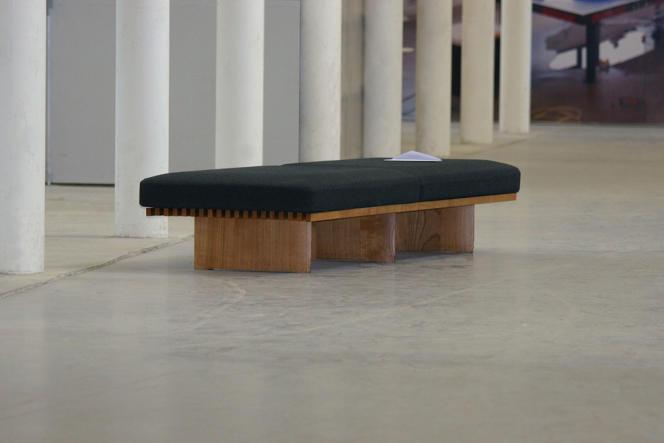 «Dear Charlotte & Maurice» (2012), installation in situ de Laëtitia Badaut Haussmann, avec une banquette Tokyo de Charlotte Perriand, enveloppe etlettre. Vue d'exposition au Palais de Tokyo.