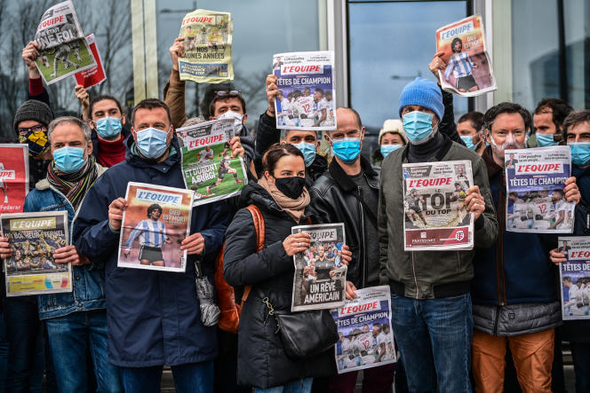 Des employés du quotidien sportif «L'Equipe» manifestent devant les locaux du journal,à Boulogne-Billancourt, le 13janvier 2021.