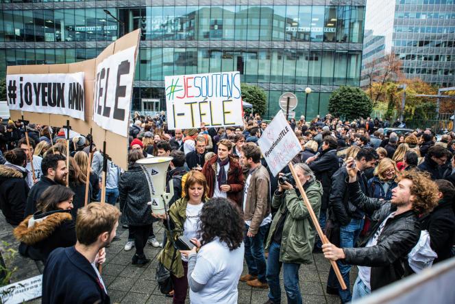 Mobilisation des journalistes d'i-Télé contre le recrutement de l'animateur Jean-Marc Morandini, le 4novembre2016, devant le siège de la chaîne, à Boulogne-Billancourt.