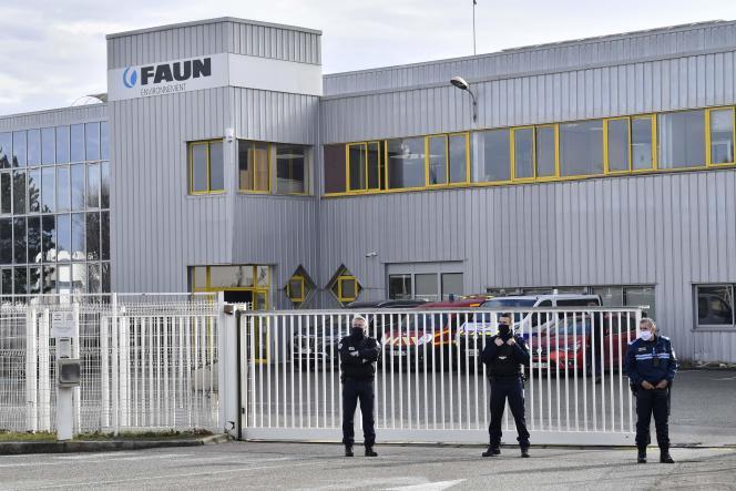 Un cordon policier était déployé jeudi 28 janvier à la mi-journée devant l'entrepriseFaun Environnementà Guilherand-Granges (Ardèche), où le suspect a tué une employée.