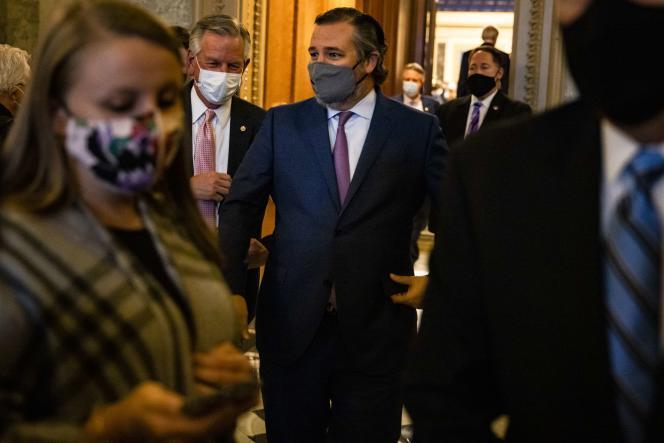 Senator meninggalkan Balai Senat setelah dakwaan 26 Januari di Washington.