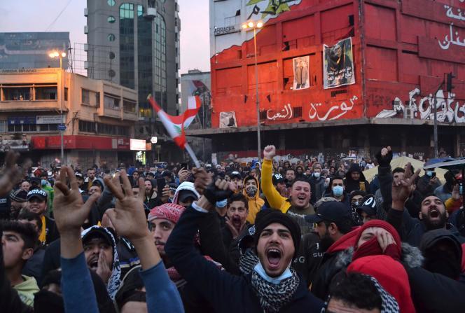 Des manifestants rassemblés place Al-Nour, dans la ville portuaire de Tripoli (Liban), pour protester contre les mesures de confinement, le 27 janvier 2021.