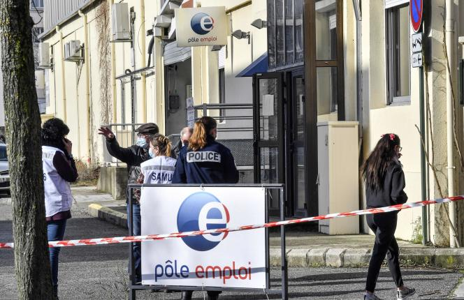Des membres du SAMU et de la police devant l'agence Pôle emploi de Valence, où un homme a tué une conseillère jeudi 28 janvier.