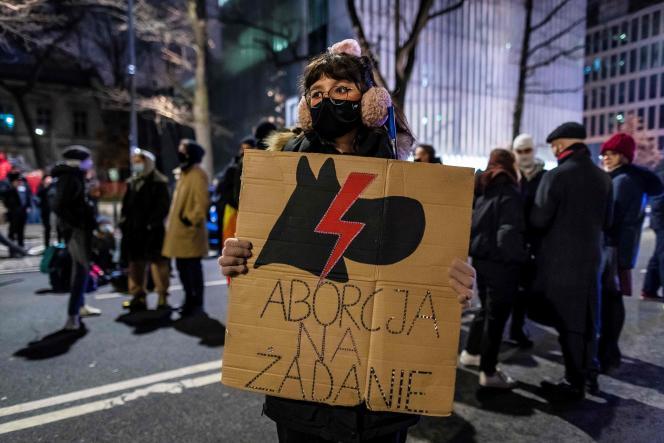 Une manifestante avec une pancarte«Avortement sur demande», le 27 janvier à Varsovie.