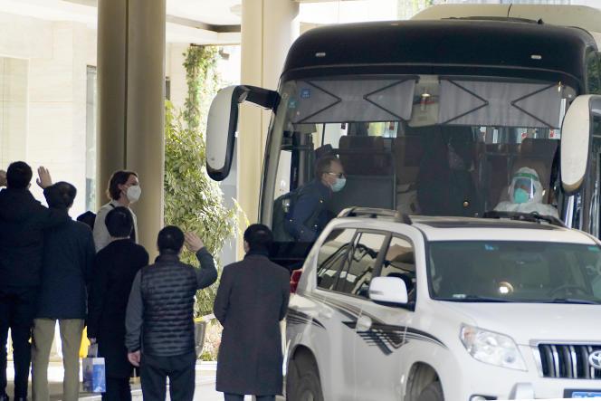 Les experts de l'OMS quittent l'hôteloù ils étaient en quarantaine à Wuhan, dans la province du Hubei (Chine), le 28 janvier 2021.