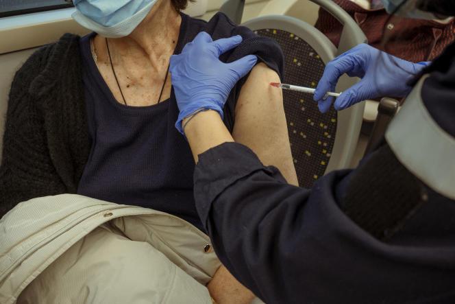 A Vrigny, une patiente se fait vacciner contre le Covid-19, le 22 janvier, dans le vaccibus qui sillonne les communes rurales de la Marne.