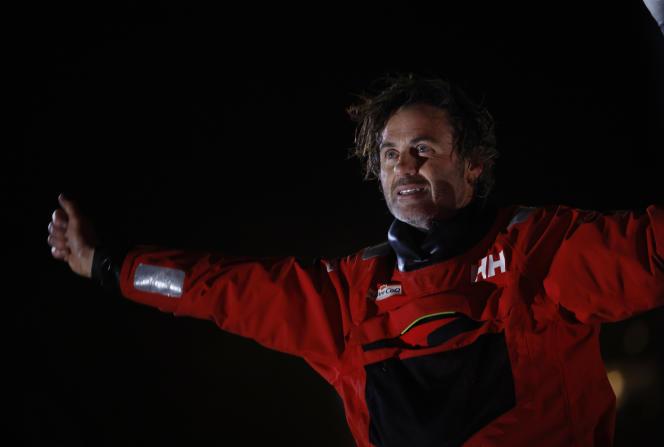 Le skipper Yannick Bestaven franchit la ligne d'arrivée aux Sables-d'Olonne, le 28janvier.