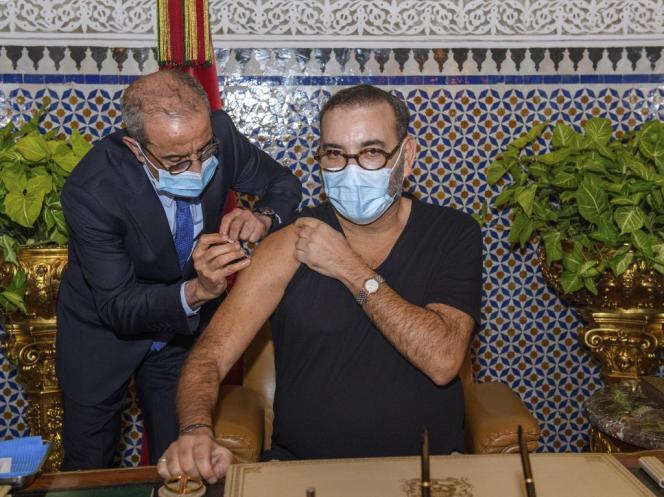 Vaccination du roi Mohamed VI contre le nouveau coronavirus, le 28 janvier 2021 au palais royal de Fès.