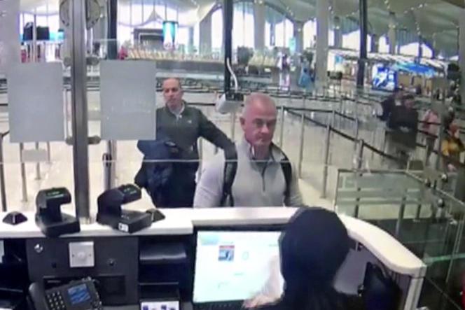 Capture de la vidéo de la caméra de sécurité montrant Michael Taylor et George-Antoine Zayek, à l'aéroport d'Istanbul, le 30 décembre 2019.