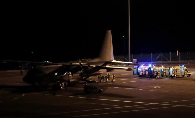 Un avion de l'armée de l'air portugais transportant des maldes du Covid-19 pris en charge à Lisbonne, arrive à l'aéroport de Funchal, sur l'île de Madère, le 29 janvier 2021.