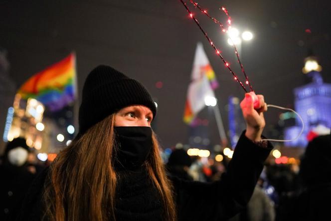 یک معترض در اعتراض به ممنوعیت مجاز سقط جنین در لهستان در روز جمعه (29 ژانویه) به خیابانهای ورشو آمد.