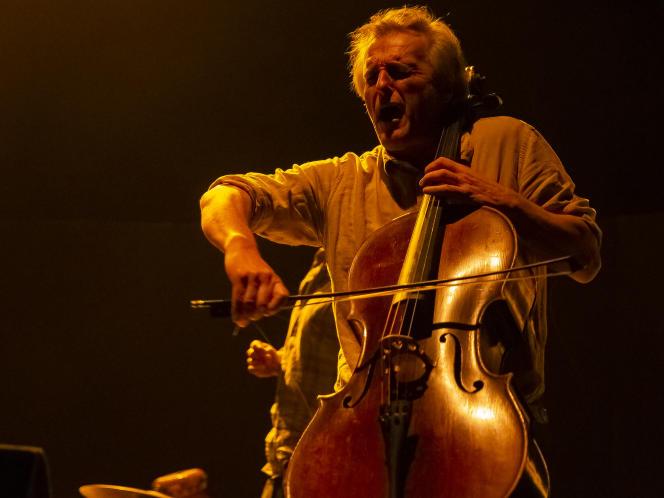 Le violoncelliste Didier Petit, le 27 janvier 2021, pendant la générale au Théâtre Antoine-Vitez d'Ivry-sur-Seine (Val-de-Marne).