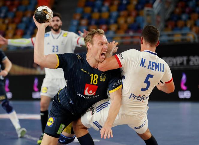 Nedim Remili, impuissant face au Suédois Fredric Pettersson, en demi-finale du Mondial égyptien.