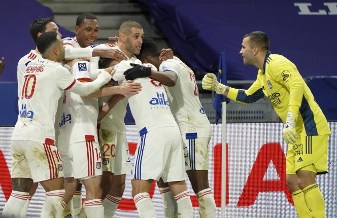 Léo Dubois enseveli par ses coéquipiers après son but décisif face à Bordeaux, vendredi 29 janvier.