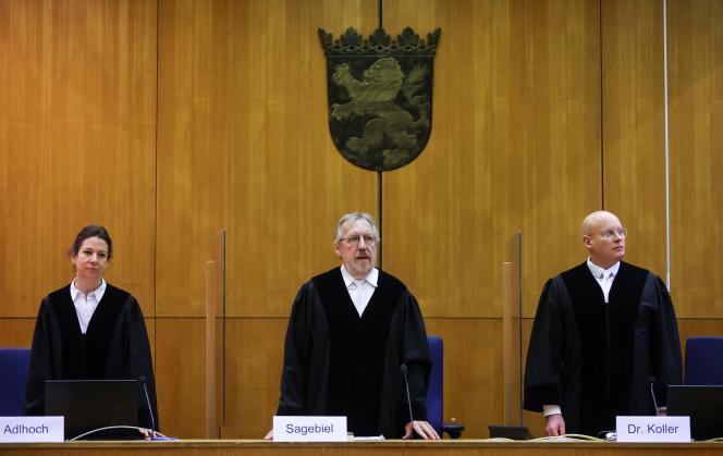 Le président du tribunal, Thomas Sagebiel (centre), se tient entre les juges Miriam Adlhoch et Christoph Koller, dans la salle d'audience du tribunal régional supérieur de Francfort-sur-le-Main, avant le verdict dans l'affaire du meurtre de Walter Lübcke, le 28janvier 2021.