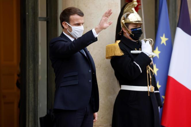 امانوئل ماکرون ، در پله های کاخ الیزه ، پاریس ، 27 ژانویه.
