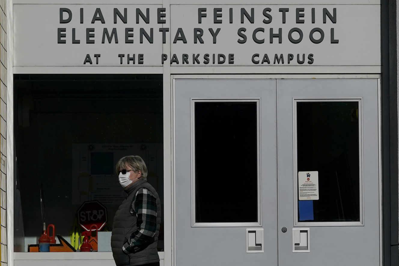 A entrada da Escola Primaria de Dianne Feinstein, que debería renomear pronto, en San Francisco, en decembro de 2020.